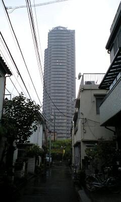雨のマンション