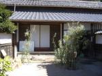 小泉八雲邸。門から玄関を望む。