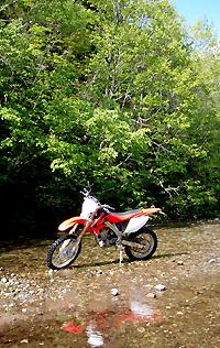 バイクと清流
