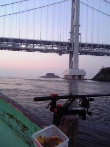 橋脚の向こうに見える孫崎灯台