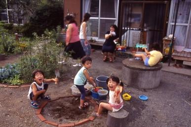 子供たちで賑やかな庭