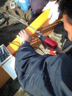 シーソーの補修。表面の板がハガれてきたのでビスを打ち込み固定しました。
