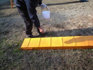 ドッグウォークの塗装(砂まきの様子)