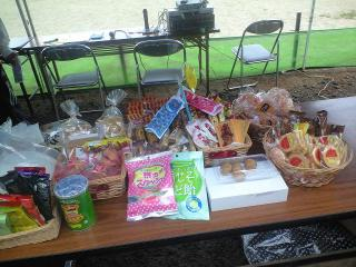 お菓子もいっぱい。少なくなるとすぐに補充で一日中テーブル隙間なし。