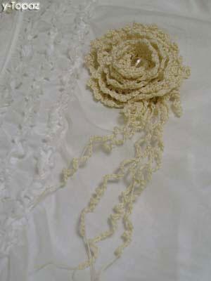 オフホワイトのバラのコサージュ1