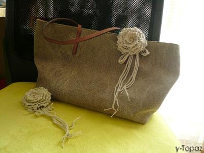バッグに薄黄緑のバラのコサージュ