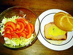 レバーケーセとサラダ