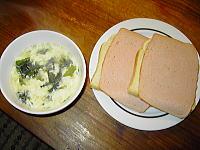 しょうが入り卵とワカメのスープ、食パンハムのっけ