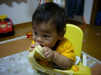 バナナを食べる央都