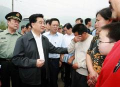 地震で被災した人たちを見舞う中国の胡錦濤国家主席