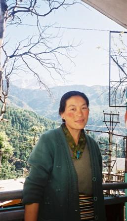 FH020031 ダラムサラのチベタン女史