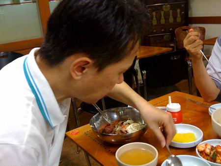 冷麺を食べるギース