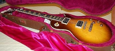 最後のステージには思い入れのあるギターで!