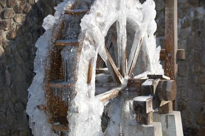 凍りつく水車