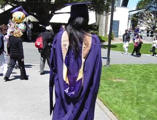 卒業式のガウンとフード