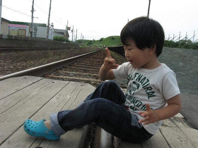 線路に座り込む悪ガキ