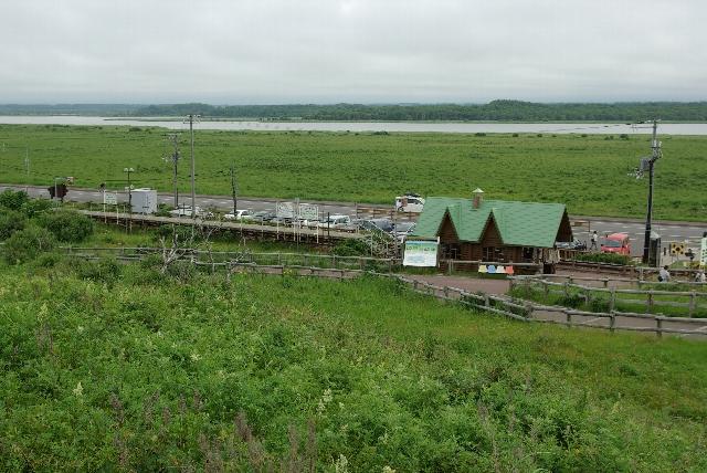 駅の向こうは、濤沸湖(とうふつこ)