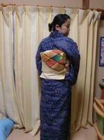 紺<br />地流れ縞の単衣とベージュ菱模様帯