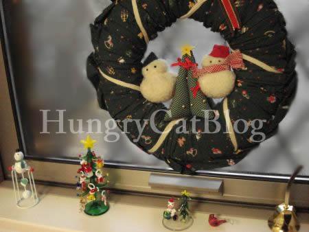 お馴染、クリスマスリースと飾りたち