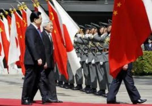 中国国家主席は君が代で起立する。