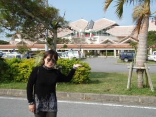 宮古空港を紹介する直美