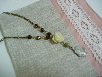 白バラのネックレス