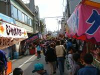 七尾・秋の大市 光徳寺門前の一本杉通りに並ぶ屋台