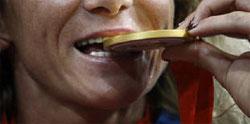 メダルを噛む