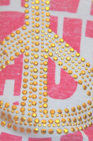 ピンクのTシャツに多くのキラキラ
