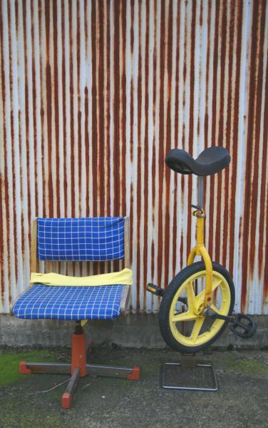 青い椅子と黄色の一輪車