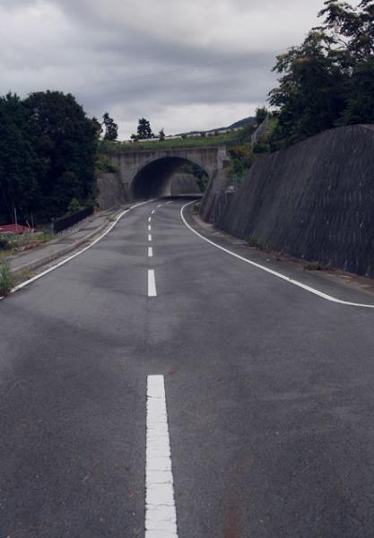 道路の先にトンネル