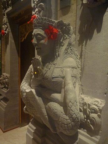 エレベーターの彫刻