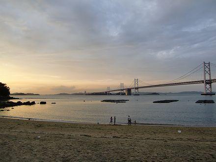 夕暮れの瀬戸大橋と瀬戸内海