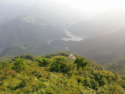翠波西峰展望台からコスモス展望台・金砂湖方面の眺め