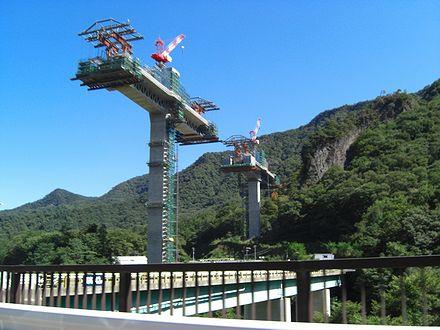 建設中の八ッ場ダム湖面2号橋通過