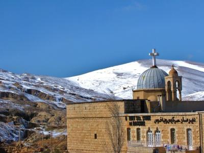 キリスト教会と雪山