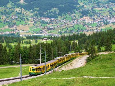 登山列車の向こうに、谷の町@ベルナー・アルプス
