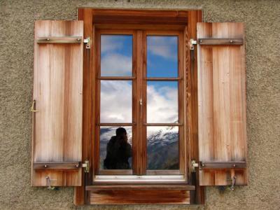 木窓の向こうにカメラ小僧@サース谷