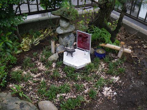庭の片隅のお墓