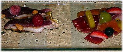 軽くスモークした河内鴨のクリュー、レザウッドハニーとラズベリービネガー風味&ホセリート・イベリコハムとネズの実の香るシロップでもどした乾燥マンゴとその他のフルーツ