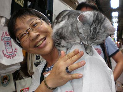 しまねこさんの肩に猫