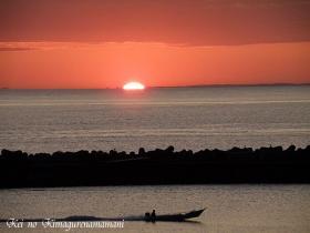 朝日と漁に向かう船♪