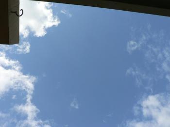 空はこんなに青いのに