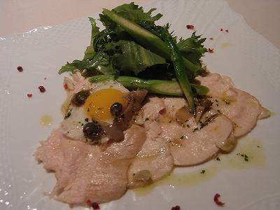 若鳥ムネ肉とハーブのサラダ、ニンニクとアンチョビのオイルソース