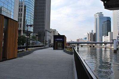 渡辺橋駅を地上に出たところ