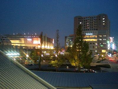 左が阪急西宮ガーデンズ