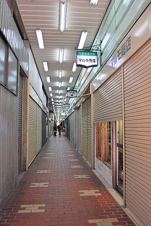 まだ閉まってる店も多いです。