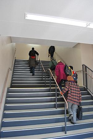 二階へ行くで