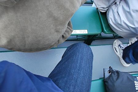 前の椅子との間は、まだ狭いなぁ~