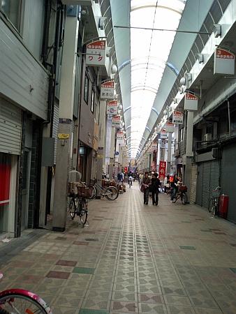 長い商店街で市場もあります。